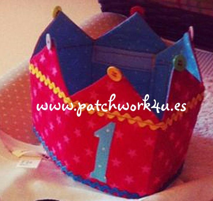 """Desde #Patchwork4U queremos ofrecerte esta corona para que tu hij@ se siente el/la rey/reina en su cumpleaños. No te lo pienses más y regala esta corona original, esta corona te durará muchos cumpleaños. Esta incluye todos los números del 0 al 9 para que los puedas ir cambiando de año en año.  También te ofrecemos la posibilidad de hacerla tu mism@, la puedes encontrar en """"¿Cómo se hace?"""", o en el apartado de """"Kits"""".  Te esperamos en tu tienda online de patchwork: www.patchwork4u.es"""