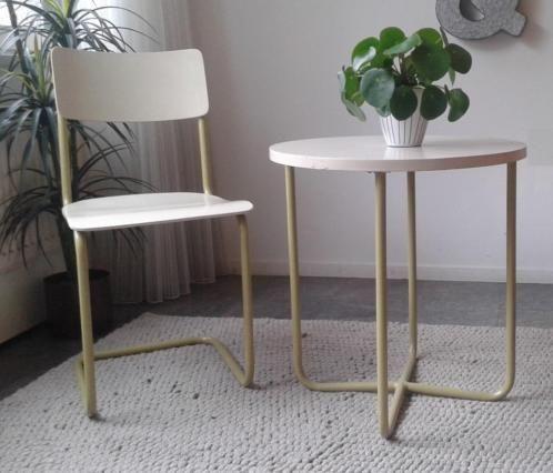 Retro slaapkamer zitje in een mooie kiezelkleur met groene buisframe poten. Gemerkt ´lemafa den haag´. Evt. Ook een bijpassend ladekastje te koop, zie foto / advertentie. Ronde tafel, doorsnee 60 cm,