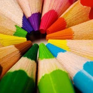 Le rythme est créé grâce à la disposition des crayons formant un cercle.