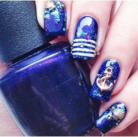 Hermosas uñas Navy pero en tono azul rey y sus estoperoles dorados ...