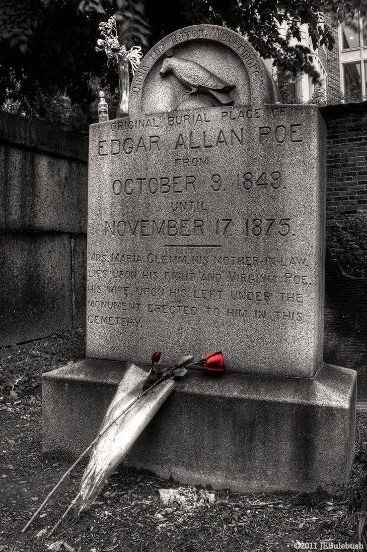 """El 3 de octubre de 1849, Poe fue encontrado delirante y en peligro en las calles de Baltimore. Él murió 4 días después, el 7 de octubre. Añadiendo al misterio de la muerte de Poe, un visitante conocido cariñosamente como el """"Poe Tostadora"""" rindió homenaje a la tumba de Poe anualmente a partir de 1949 con 3 rosas rojas y una botella de coñac. Como la tradición lleva a cabo desde hace más de 60 años, lo más probable es que la tostadora del Poe era en realidad varios individuos."""