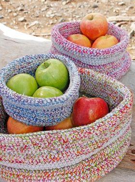 Flotte, hæklede kurve i lyse farver fra Drops - perfekte til frugt og nødder. Eller som brødkurv. Få opskriften lige her...