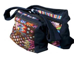 Handgemaakte fairtrade Kano-model tas met traditionele huipil ter decoratie. De tas heeft een ritssluiting en de schouderband is lang genoeg om kruiselings te dragen. Afmeting 42x32cm.