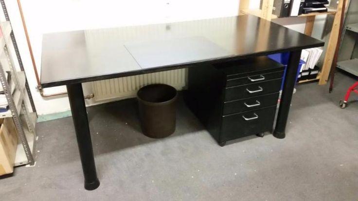 Ich biete hier zur SELBSTABHOLUNG in Frankfurt/Zeilsheim einen massiven, schwarzen Holzschreibtisch (mit leichten Gebrauchsspuren auf der Arbeitsplatte, Beine aus Metall) in folgenden Maßen: B 160cm x T 80cm x H 72 cm.Dazu der passende Container und ein bequemer Schreibtischsessel aus echtem Leder (ebenfalls in schwarz).Preise:Schreibtisch: 250,00 EuroContainer: 50,00 EuroSessel: 75,00 EuroBei Komplettabnahme VB!