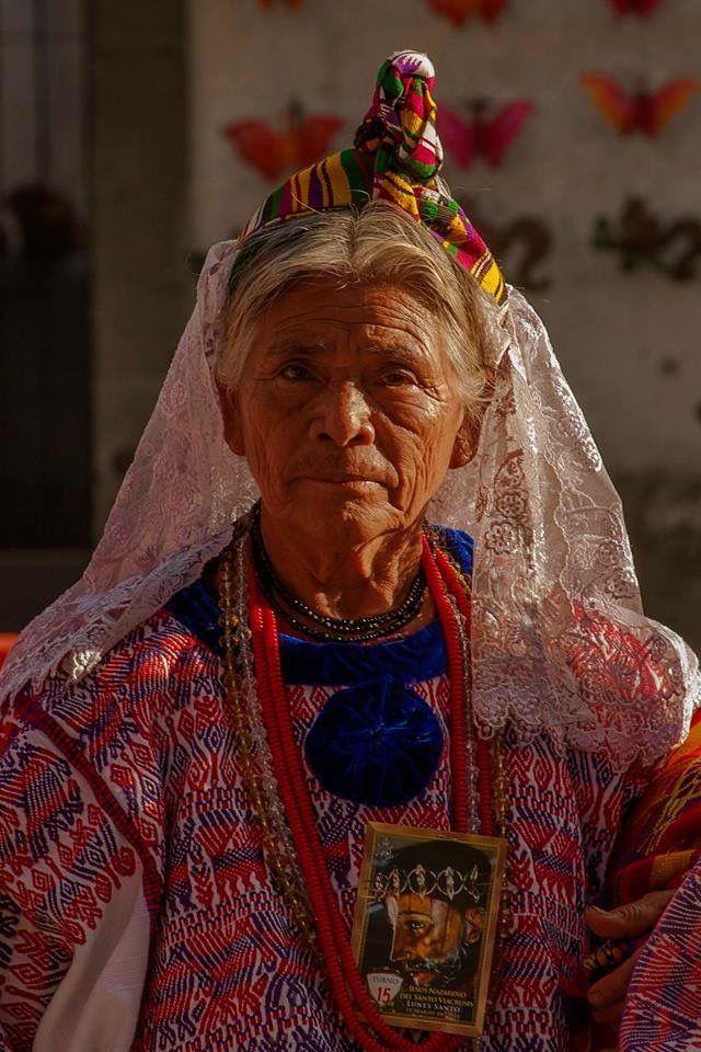 Una señora guatemalteca espera su turno en la procesión de Jesús Nazareno del Santo Viacrucis, Lunes Santo 2016, La Antigua Guatemala - foto por Mynor Lopez  Visitanos www.MundoChapin.com