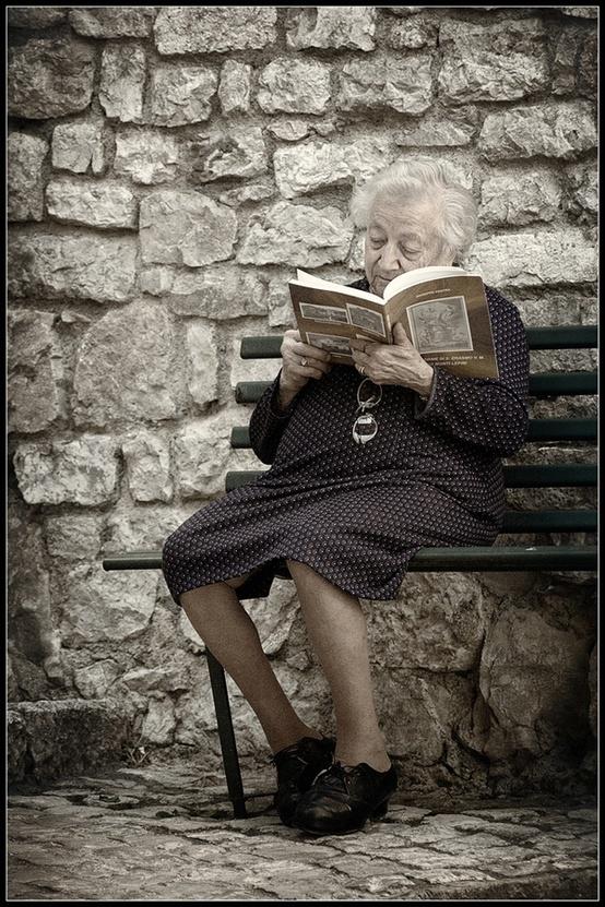 Pinzellades al món: Abstretes en la lectura / Abstraídas en la lectura / Reading engrossed