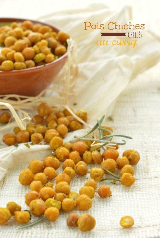 Meilleurs que les cacahuètes : Pois chiches grillés au curry ♥ http://www.750g.com/recettes_aperitifs.htm http://www.la-gourmandise-selon-angie.com/archives/2013/02/15/26376850.html #chickpeas #poischiches #750g #750grammes