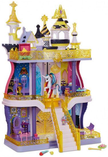 """El 27 de enero, en la presentación para la prensa (un día antes del comienzo de la Feria),Mirja Boes, una famosa actriz de comedia alemana conocida como """"Möhre"""" (""""Zanahoria""""), desvelabaen la Spielwarenmesse -Feria Internacional del Juguete de Nuremberg (Alemania)- 2novedades de My Little Pony: la Princesa Cadance Glamour Glow y el castillo de Canterlot."""