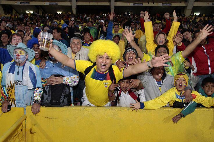 Gente del estadio celebrando el triunfo de la 'Tri'.