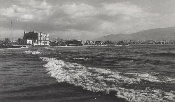 Νέον Φάληρον - Ενώ ξεσπά ο Σαρωνικός δεκ. '50 φωτ.Νίκος Στουρνάρας