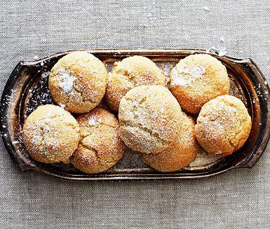 Amaretti är underbara små italienska mandelkakor som är så där perfekt knapriga, men samtidigt sega i konsistensen. Du bakar dem enkelt med äggvita, socker och mandelmjöl. Med en skvätt mandellikör blir kakorna extra goda - inte minst till en fräsch fruktsallad!