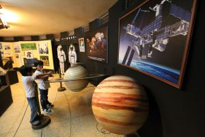 El Planetario del Morro Solar en la Era Digital.  El Planetario del Morro Solar, ubicado en Chorrillos, en Lima, presenta un espectáculo visual único en el país gracias a una proyección inmersiva fulldome, donde se puede apreciar diversas películas en 3D.