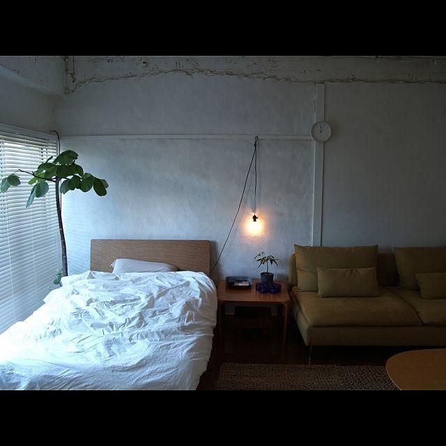 男性で、1K、の照明/ベッド/ベッド周りについてのインテリア実例を紹介。「ベッド周り。朝は東から強い光が射し込みます。顔がじりじり熱くなってきたら起き時。」(この写真は 2014-09-28 12:20:22 に共有されました)