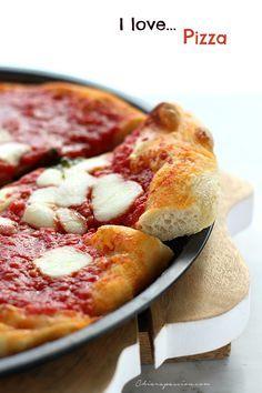 Pizza in teglia a lunga lievitazione, oggi vi svelo tutti i segreti per fare in casa, nel forno tradizionale, una pizza buonissima. La pizza in teglia è semplice da fare, non vi servirà nessuna planetaria ma solo le vostre mani, è ottima e grazie al riposo in frigo risulta leggera e super digeribil