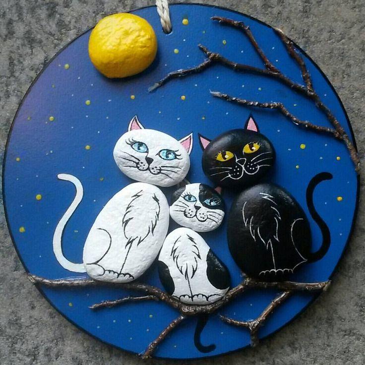 Gatitos pintados en piedra  a la vez un cuadro en relieve, bello