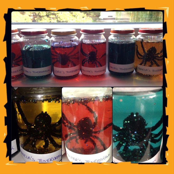 Heksen toverdrank: water kleuren met crepe papier, kriebelinsecten / accesoires toevoegen, glitter toevoegen, schudden en klaar!
