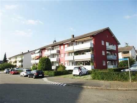 3-Zimmer-ETW in Kenzingen: Das Mehrfamilienhaus befindet sich in ruhiger Wohnlage in einem Siedlungsgebiet mit kleineren und größeren Mehrfamilienhäusern aus den 70er Jahren. Kurze Wege in die Natur, zu Einkaufsmöglichkeiten und die historische Innenstadt prägen die gute Wohnlage.