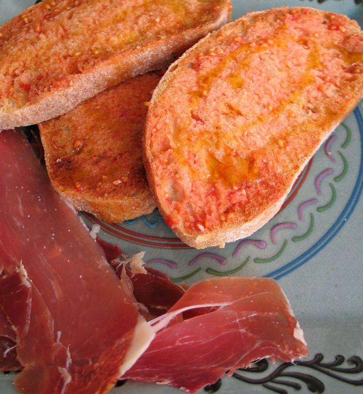 Pan amb tomaquet is Catalaans voorpan con tomate ofwel brood met tomaat. Dit typisch Catalaanse gerecht is geweldig door zijn eenvoud. De combinatie van geroosterd brood mettomaat en een goede ol...