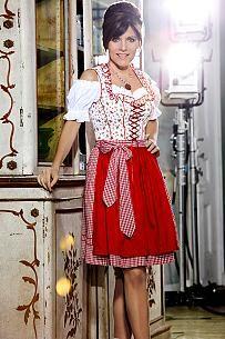 Verliebt in Tradition: Birgit Schrowange im knielangen Dirndl von Adler mit kariertem Rock und geblümtem Oberteil
