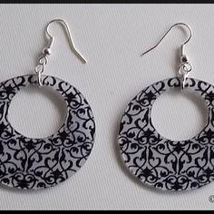Boucles d'oreille créole avec arabesques baroques en plastique fou/dingue