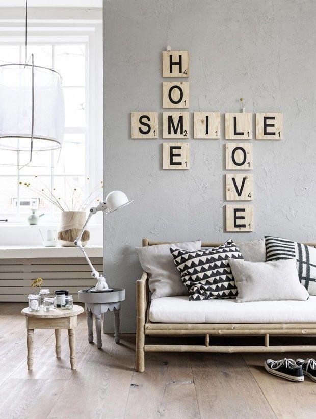 A sala de estar de tons neutros e móveis com pegada rústica prova que o ambiente pode ser monocromático e aconchegante ao mesmo tempo. #projetoMeuCloset