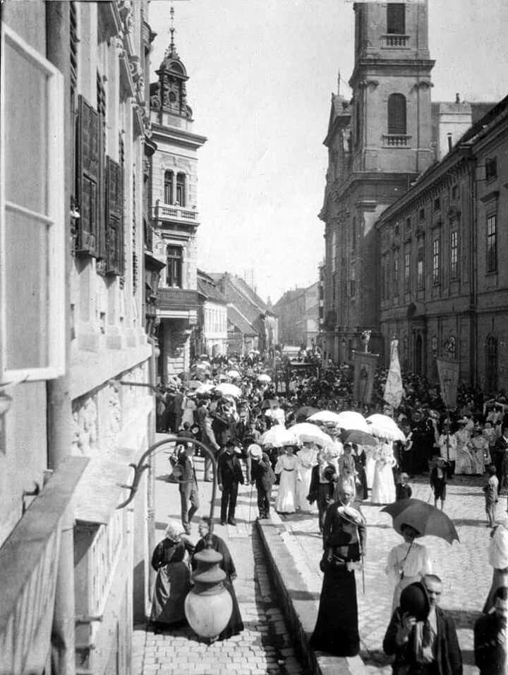 1905. Víziváros, Fő utca a Batthyány térről észak felé fotózva, (körmenet?)