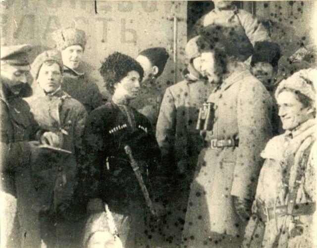 в центре Людмила Мокиевская-Зубок 1896-1919 командир и комиссар бронепоезда,погибла в бою