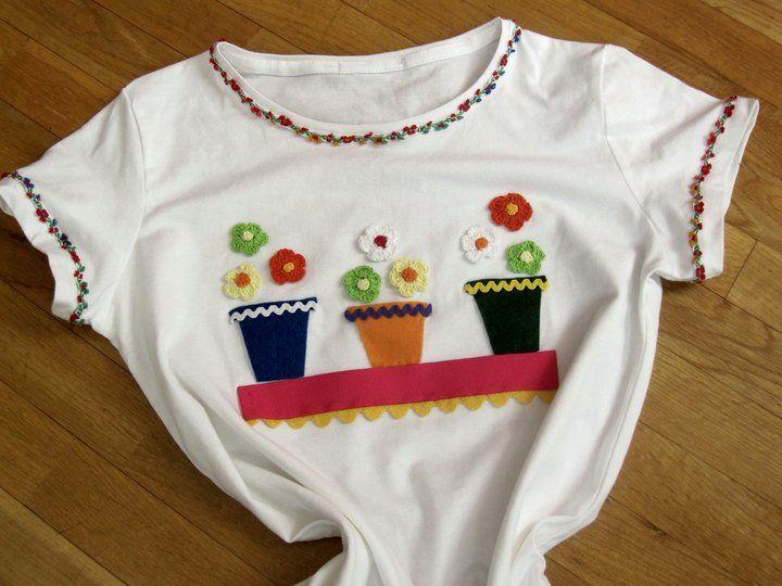 Camiseta con aplicaciones de fieltro flores de ganchillo for Aplicaciones decoradas