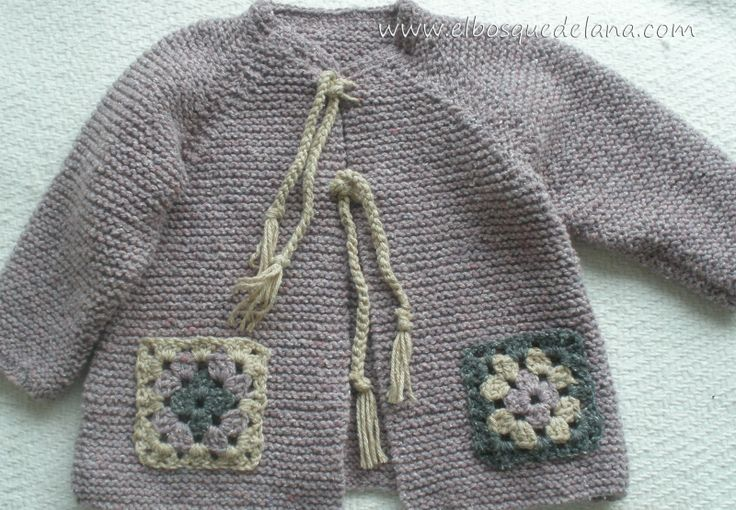chaqueta niña bosillos crochet de El Bosque de Lana cute idea to embellish with Granny Square pockets!