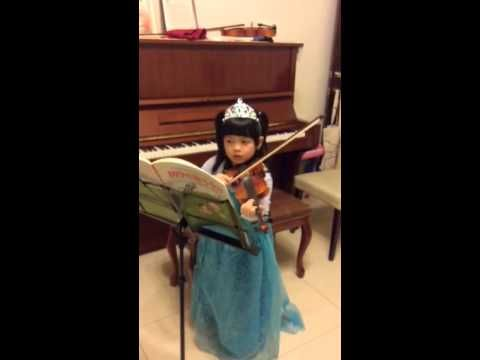 巴掌仙子[…]拉小提琴~第一次在家練習 [miracle baby plays violin—first practice, at home]—See more of young violinist #daughterA_from_曾惠鈴