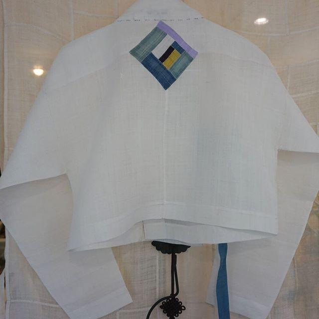 뒷고대 중심에 모시조각 포인트를 넣었습니다.  일본 도자기 전시회에 입으신다고..  도자기 작가, 변규리 고객님이 주문하신  맞춤 모시장저고리입니다. 지은이 #김복희 #맞춤한복 #풍경한복 #모시저고리 #한복