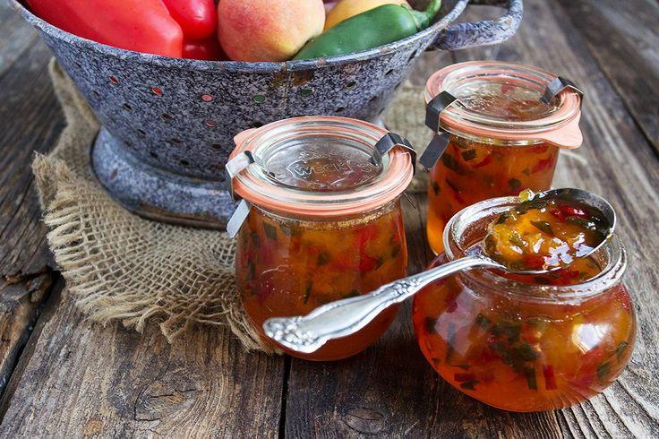 Découvrez 10 recettes de conserves faciles et originales (chutney, ketchup, confiture), avec des légumes, des fruits, du bacon, etc.