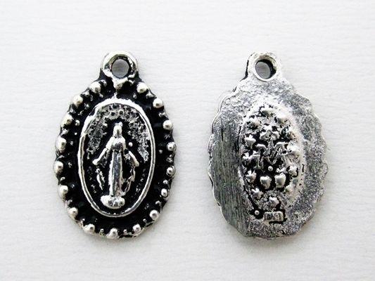 「不思議のメダイ」とは・・・聖母マリアのメダイは、キリスト教の信者でなくても 持つことが出来る幸福をもたらすお守りなんです。1830年パリの修道院でカトリーヌ・ラブレの前に現れた聖母マリア。 彼女がそこで見た聖母マリアがメダイチャームの原型です。