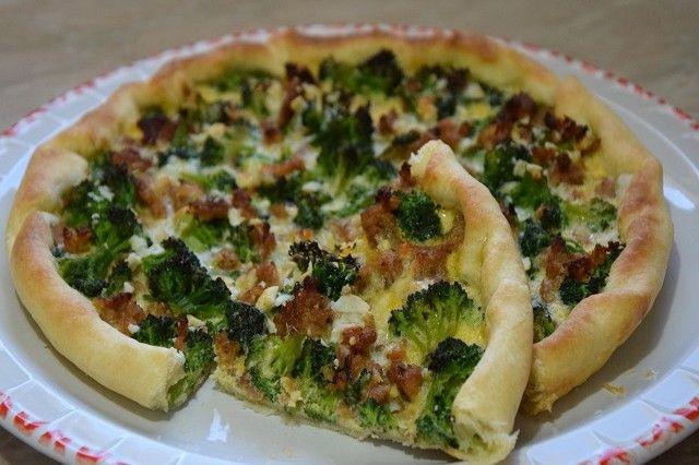 La torta salata con broccoli e salsiccia è un piatto rustico ideale da servire per una cena in famiglia. Ecco come prepararla ed alcune idee per delle varianti