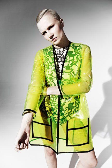 JOANNA PYBUS A/W13 Transparent néon jaune Pvc Coat par joannaPYBUS                                                                                                                                                                                 Plus