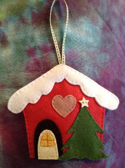 FELT CHRISTMAS HOUSE ORNAMENT - Enfeite - Casinha de feltro motivo Natalino