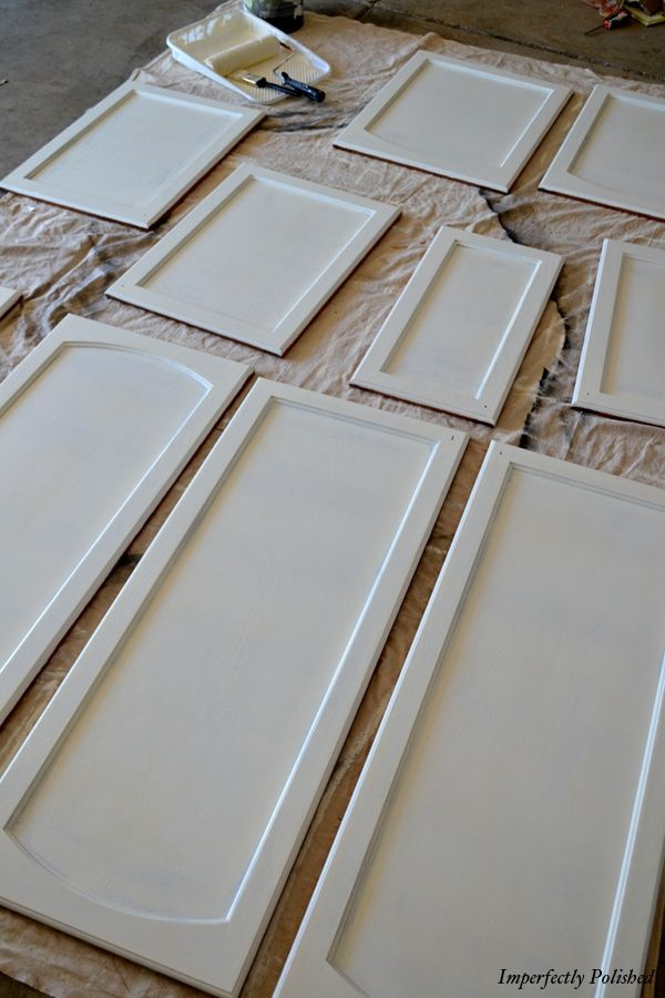 Easy steps to painting kitchen cabinets. I have wanted to do this for years, but always hoped for a total kitchen renovation. Since that's not going to happen anytime soon, I think I'll gear up and just paint the suckers.