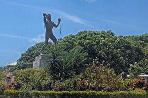 Estátua da Abolição ou Bussa, Barbados. Em 1834, a escravidão foi abolida no Império Britânico. Os ex-escravos, contudo, tiveram que indenizar seus antigos proprietários até que em 1838, cerca de 70 mil barbadianos comemoraram a liberdade. A Estátua da Abolição celebra esse fato mas, o povo barbadiano deu outro significado ao monumento: refere-se a ele como Bussa, nome do seu herói nacional que em 1816, liderou uma violenta revolta escrava.