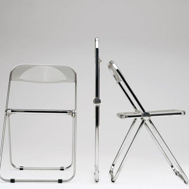 Con Plia il designer Giancarlo Piretti nel 1967 ha riproposto il concetto di sedia pieghevole ed il suo studio sul perno a 3 dischi viene considerato un colpo di genio. La combinazione di telaio in acciaio e polipropilene ha spianato la strada alla sedia che è diventata oggetto di culto. La sedia rappresenta la realizzazione del design democratico ed è esposta al MoMa di New York. Grazie a questa sedia, di cui, finora, sono stati venduti milioni di esemplari, Piretti, soprannominato il