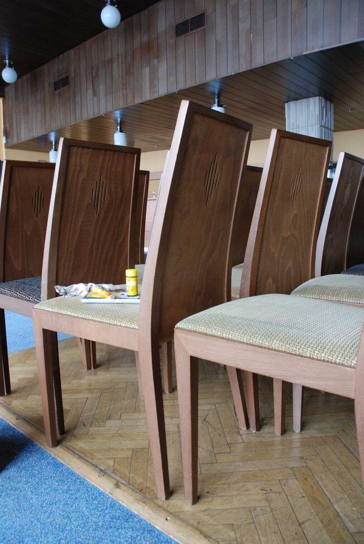 Dřevěné židle po lokální opravě laku a promáčklých hran, #oprava, #lakování, #židle, #stůl, #nábytek, #repair, #Instandsetzung, #Reparatur, #furniture, #Möbel, #hotel