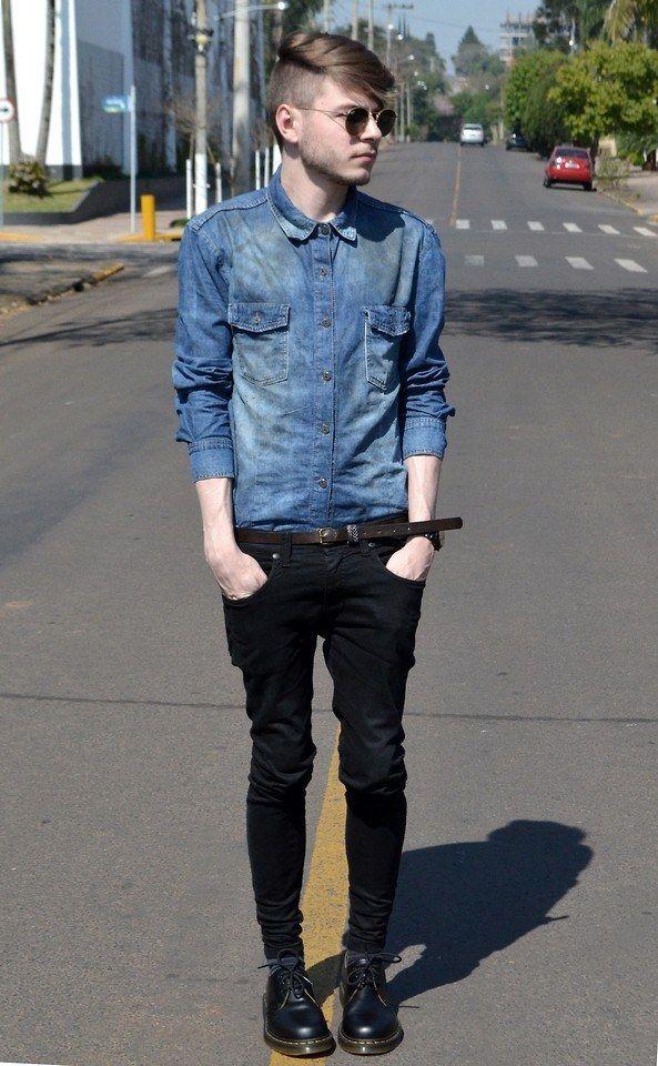 Anote este look: camisa jeans, cinto com cor sutilmente diferente, calça ajustada, sapatos estilosos.