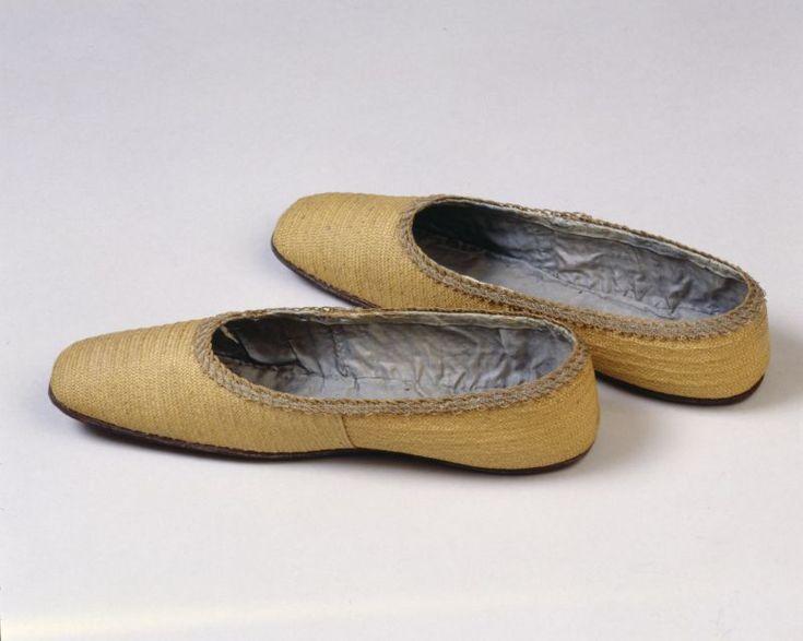 um 1830, Damenschuhe aus Feinstroh, Futter aus Seide