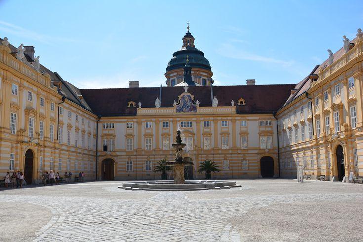 Ha Duna menti kerékpártúrán vagyunk vagy esetleg az osztrák A1-es autópályán utazunk, mindenképp érdemes betérnünk néhány órára Melk kisvárosába. A Duna partján épült Melk az UNESCO világörökség részeként nyilvántartott wachaui kultúrtáj része. Már messziről látni a város jelképének, és a barokk építészet egyik kiemelkedő alkotásának számító Melki apátságot, melyben több mint 900 éve bencés szerzetesek ...