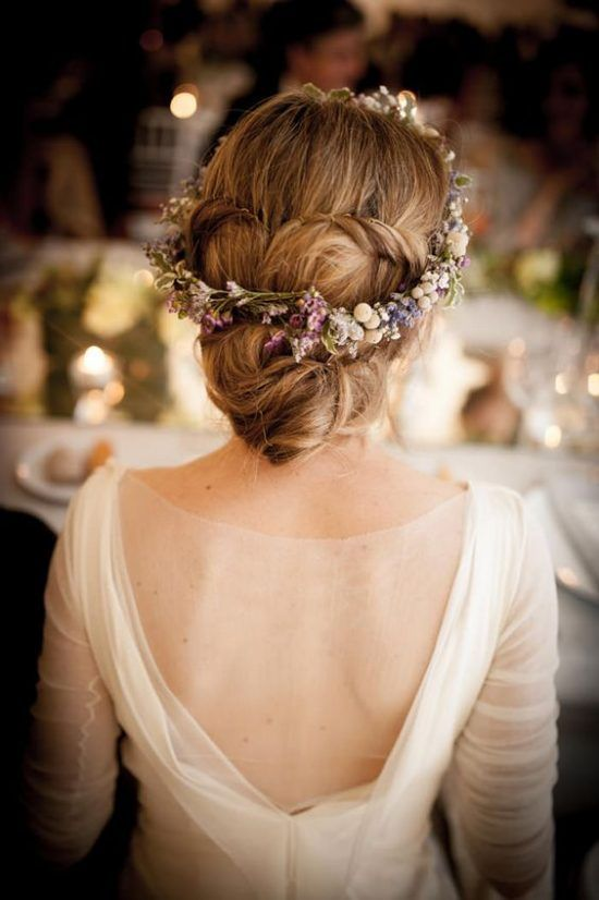 Fryzury ślubne z wiankiem: kwiaty we włosach panny młodej