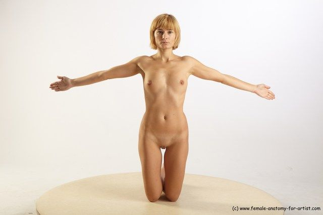 PHOTO OF NUDE WOMAN WHITE KNEELING POSES - ALL SLIM KNEELING POSES - ON BOTH KNEES SHORT BLOND