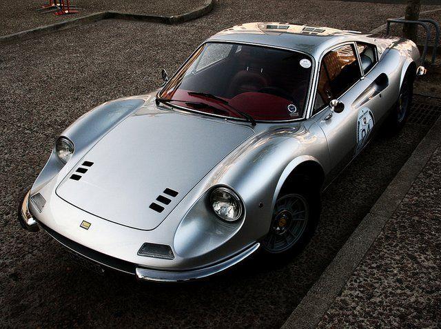 """La Ferrari Dino vit le jour en 1967 sous le nom de Dino 206 GT. La signification de son nom s'explique ainsi, 20 pour la cylindrée soit, 2 litres. Le chiffre """" 6 """", pour le nombre…"""