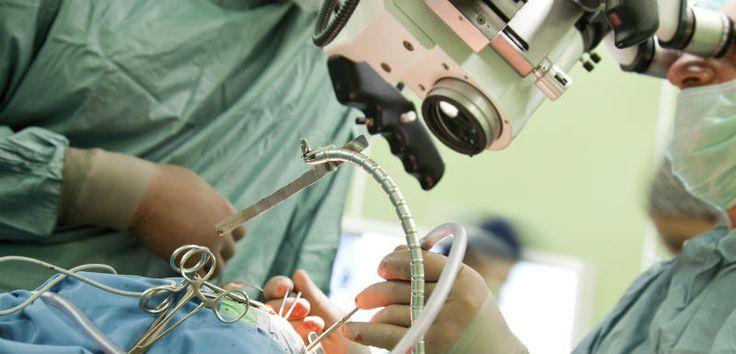 Un patient a été opéré d'une tumeur cérébrale, équipé de lunettes 3D pour guider le chirurgien. Une première mondiale qui a eu lieu au CHU d'Angers le 27 janvier 2016. Trois semaines plus tard, le patient est en parfaite santé.
