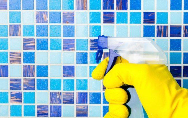 Para tirar a gordura dos azulejos do box borrife uma mistura de 1 xícara de vinagre com 2 colheres de sopa de bicarbonato de sódio e enxágue. Foto: Thinkstock