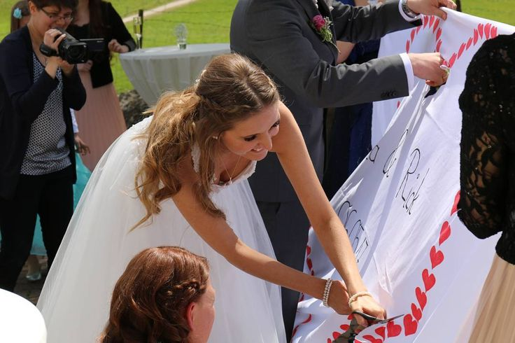 Als wir aus dem Standesamt kamen und mit Glitterkonfetti, Seifenblasen und Wunderkerzen empfangen wurden, durften wir unsere erste gemeinsame Aufgabe tätigen �� im Anschluss hat mich mein Mann durch das ausgeschnittene Herz getragen ❤  #hochzeit #wedding #unserehochzeit #ourwedding #traumhochzeit #biniundrickheiraten #instabride #instabräute #maibraut2017 #braut #bride #bräutigam  #happywife #wife #groom #mrandmrs #mannundfrau #frischverheiratet #endlichverheiratet #justmarried #ehemann…