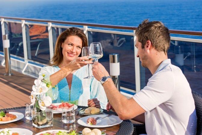 God vin og godt selskab ombord på krydstogtskibet.